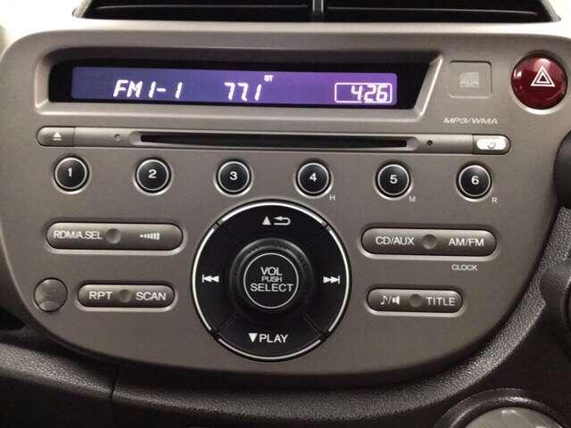 操作簡単、ラジオとCDをお楽しみいただけるデッキです。お出掛け先で土地のFMを楽しむのも風流ですね。お手持ちのナビ・オーディオとの入れ替え等については店頭にてご相談ください。