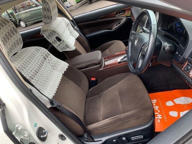 フロントシートはパワーシート&ヒーターシートです。ホールド性も良好です。