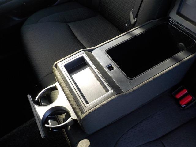 リアシートセンターアームレストにはドリンクホルダーも付いており便利です。