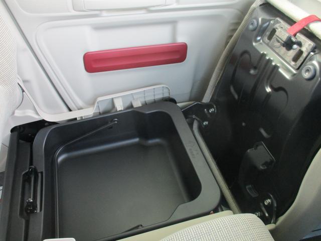 助手席下には収納スペースが!!