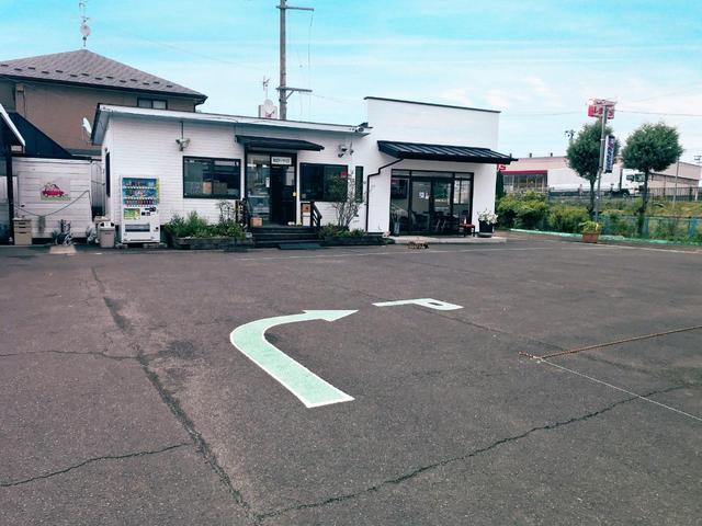広々とした駐車場ですので、駐車に自信がない方でも安心してご来店いただけます。