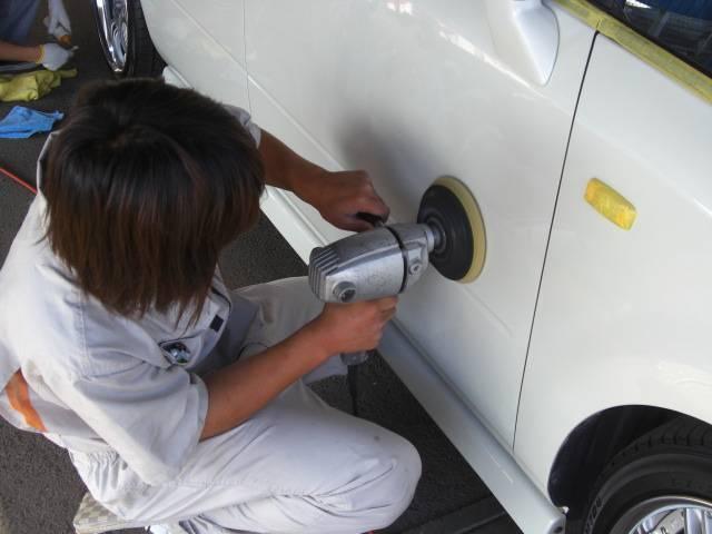 プロのスタッフが1台1台丁寧に作業して納車いたします。全車外装磨きを実施します!