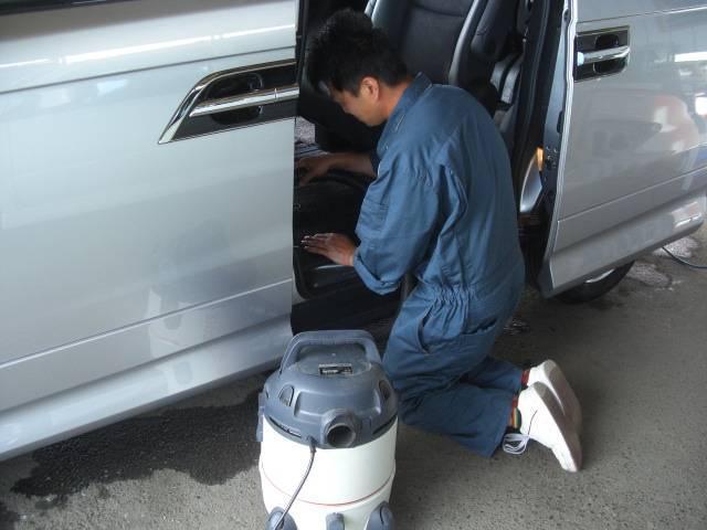 全車ルームクリーニングを実施。天井からインパネ廻り・シート・床まで各所を綺麗に仕上げます!