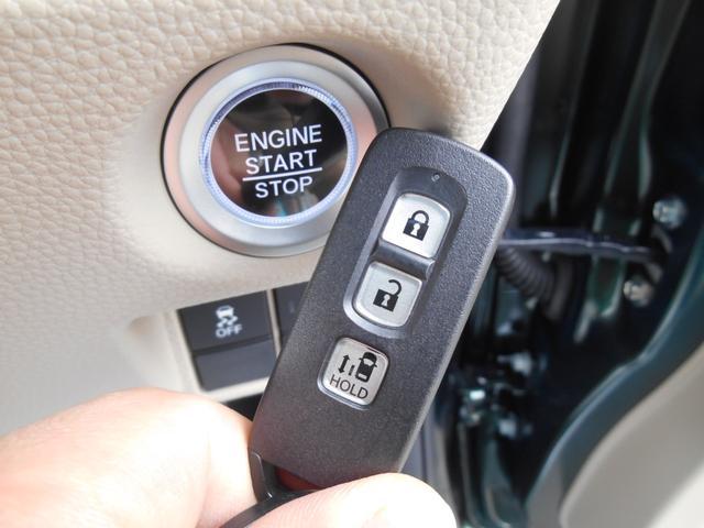 ブレーキを踏んでボタンを押すだけでエンジンスタート!ドアの施錠や解錠もらくらくのスマートキー!盗難防止にも役立つイモビライザー機能付です☆