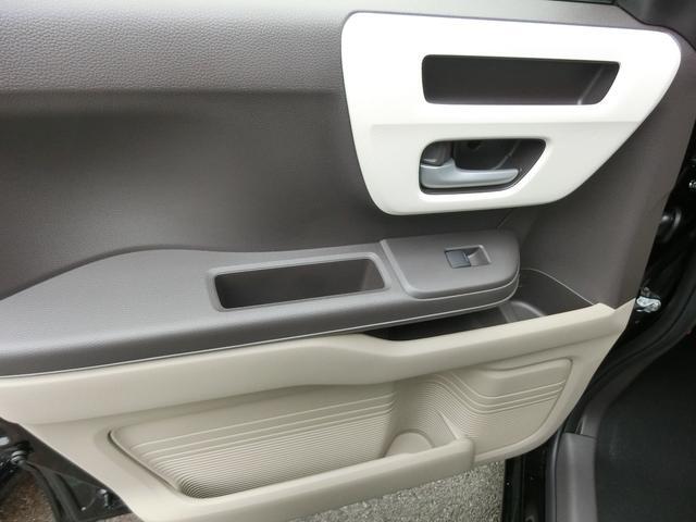 運転席・助手席ともにドア部分の収納多数で便利!