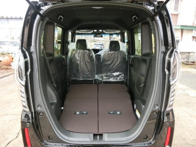 後部座席はワンステップで簡単に倒せます。荷物を積むのもラクラク!