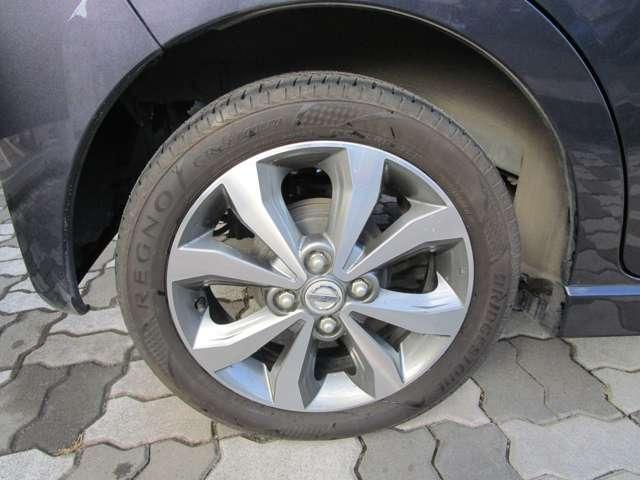 運転席周りの画像をご覧ください。