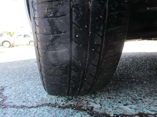 車を使う中で、知らず知らずのうちにタイヤは磨耗していきます。そのため、普段から溝や表面のヒビなど、タイヤの状態をチェックすることは大切です。タイヤに関しても、お気軽にご相談ください。