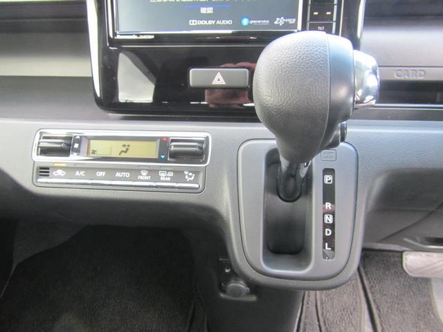 インパネシフトで足元広々です!エアコンは、設定した温度で車内を一定に保ってくれるフルオートエアコンです!