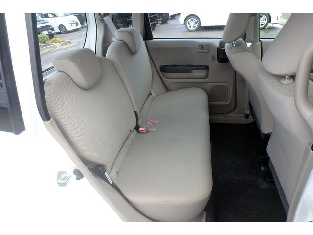 後部座席は足元、頭上ともにスペースがあります!