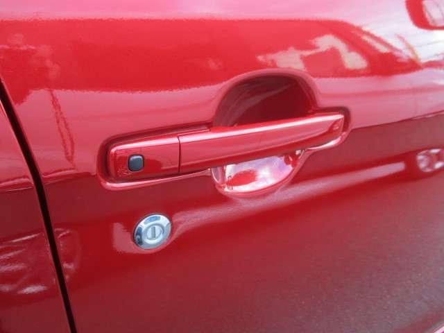リモコンキーを身に着けてドアノブのボタンを押すだけで、ドアのロック・アンロックが簡単にできます。