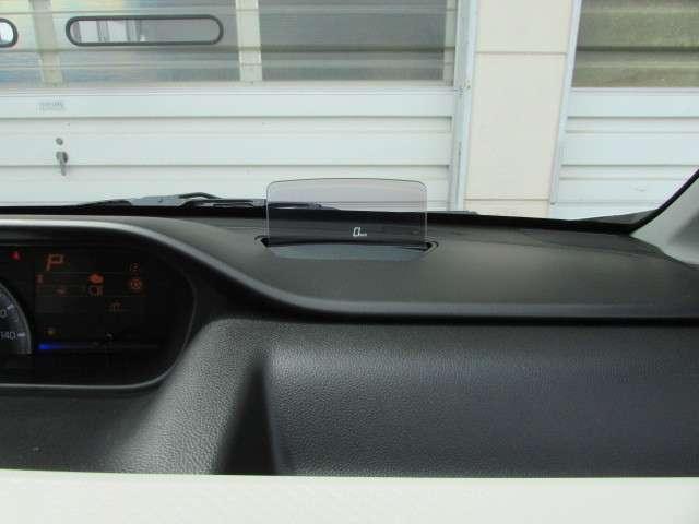 ヘッドアップディスプレイを装備。ドライバーの視線移動や焦点の調節を減らし、安全運転に貢献します。