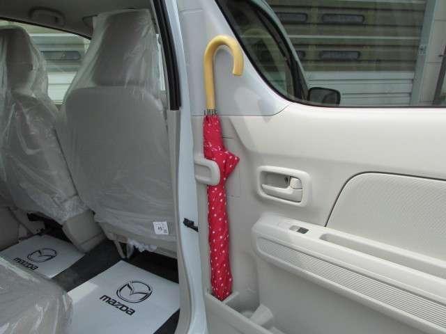 後席ドアの内側に、アンブレラホルダーを。濡れた傘で服やシートが濡れるのを防ぎます。もちろん、水が室内に流れることはありません。
