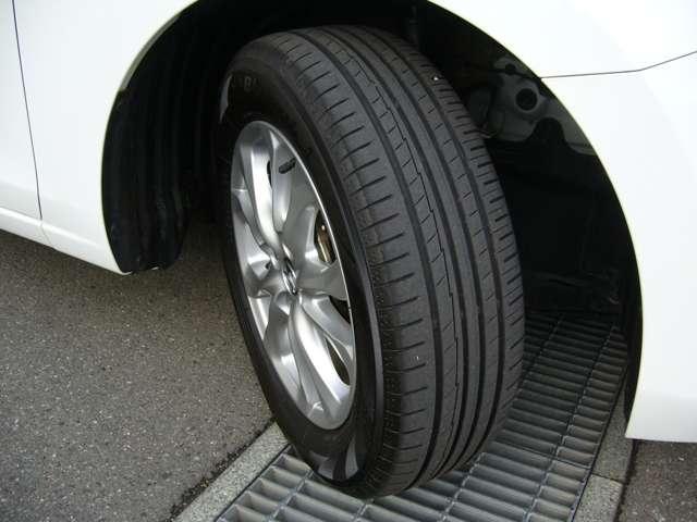 純正のアルミホイルに組み込まれたタイヤのサイズは、185/65R15になります。