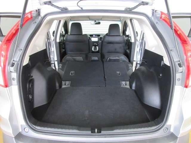 リアシートは足元まで収納出来るので、フラットスペースとなり、背もたれにも荷物を置くことができます。