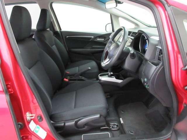 【前席シート】充分な広さを確保した、前席シート!長距離ドライブも楽になります。運転席にはシート高を調整できるハイトアジャスターも付いています。