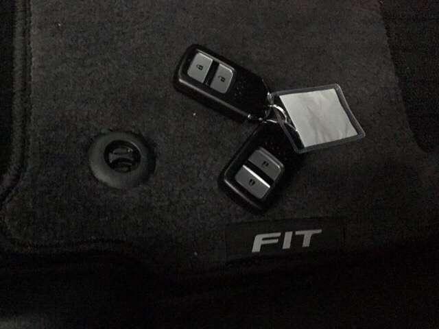 【スマートキー】お持ちいただくだけでドアロックの開け閉めからエンジン始動までできちゃう賢く便利なスマートキーを装備!もうバッグやポケットからキーを出さなくても大丈夫ですよ♪