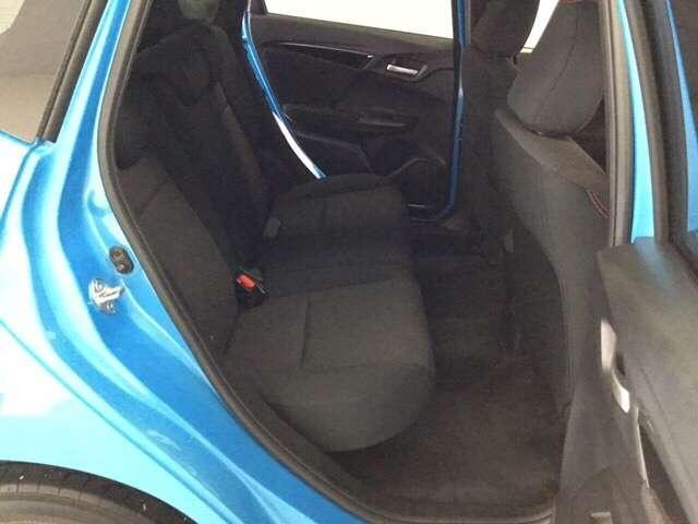 後席はゲストにおくつろぎいただくための空間。足元ゆったり、ロングドライブでも快適です。