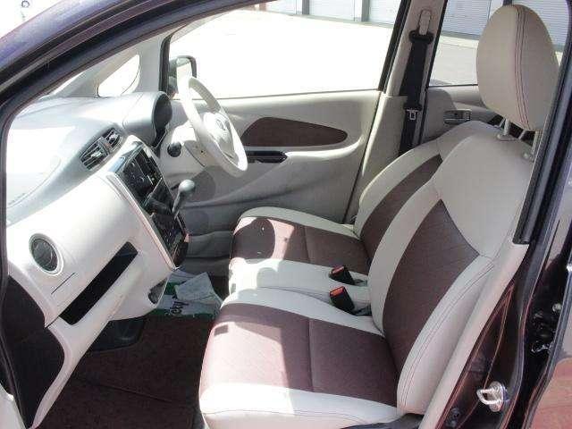 運転席 助手席:広々とした室内は運転しやすさと質感と機能を高めています。