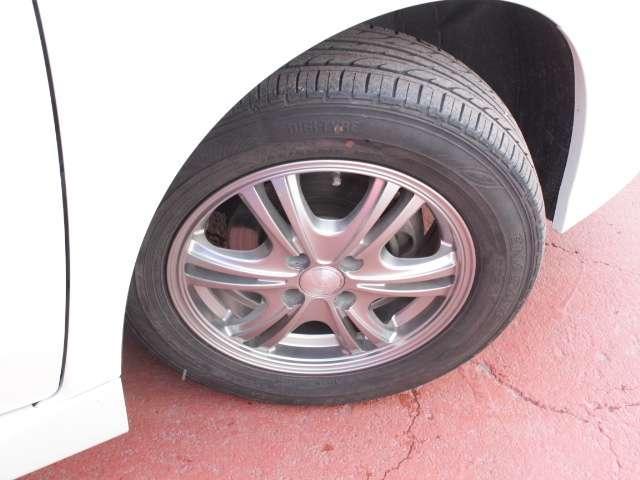 タイヤサイズは185/65R15です。