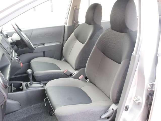運転席や助手席の広々とした室内は運転しやすさと質感機能を高めています。