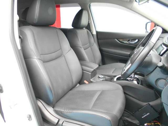 運転席まわりです。実際に座ってみて、乗り心地を体験してみてください。