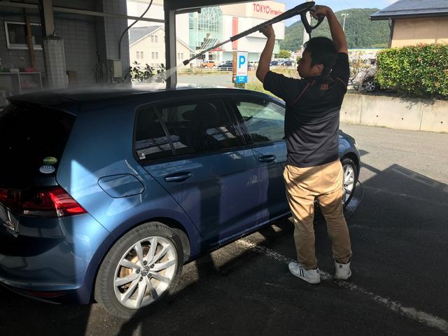 まずは車全体をしっかりと洗い流していきます!