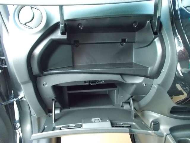 助手席グローブボックスは大容量で収納力があります。