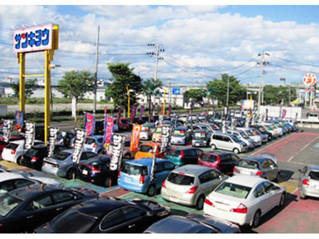 広い展示場にピカピカの車がお客様をお待ちしています。