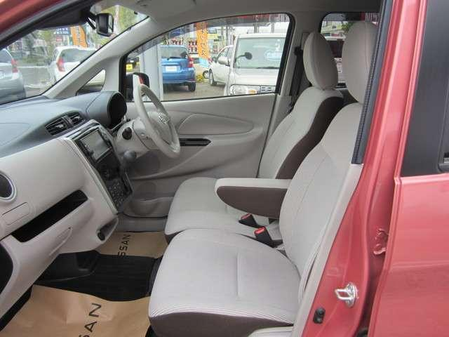 適切な姿勢で運転を楽しめるように、運転席のシートにはシートの高さを調整できるアジャスターが付いています。クッションなどを敷いて調整していた小柄な方もアジャスターでの調整で前方がしっかり見られますよ。