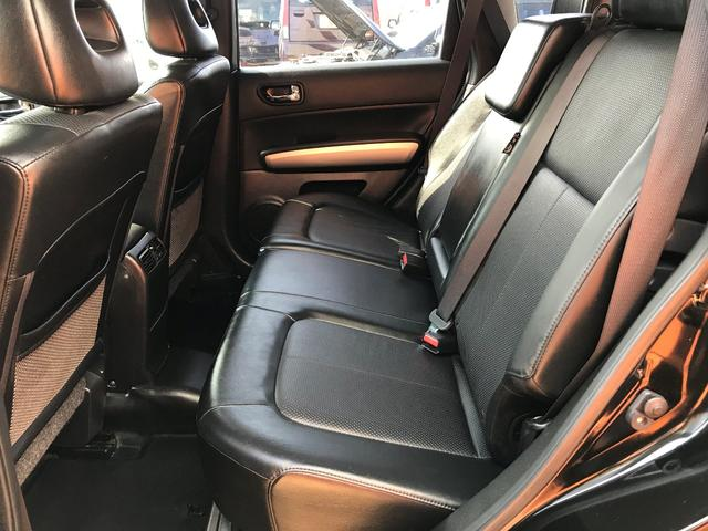 「後席」の画像です。結構足元のスペースが広くとられており、おもてなしのスペースとしても、とっても良いと思います。是非後席に家族を乗せてドライブに出発しましょう。
