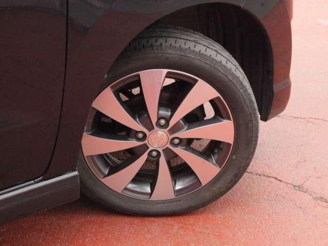 タイヤサイズは165/55R15で純正アルミ付き。