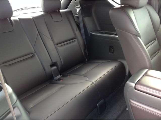 3列目も足元が広くとっており、後部座席の足元もゆったりと座ることができます。長時間でもストレス軽減になるように設計されています!