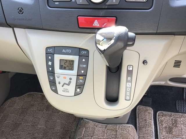 スイッチ1つで室内を設定温度に保つよう、風量や吹き出しモードを自動調整するフルオートエアコンを採用。運転に集中できる快適な室内環境を実現します。