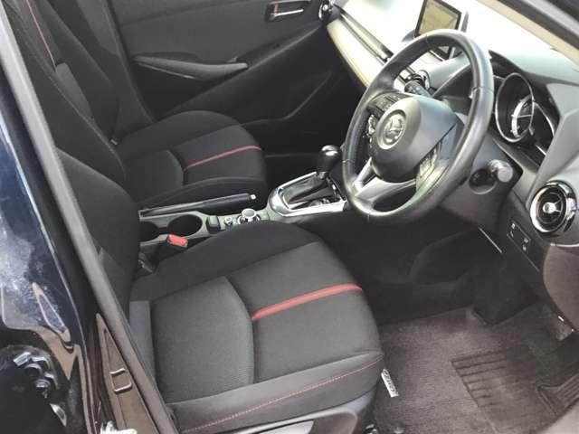 ドライバーがまっすぐ適正な姿勢で座り操作できるマツダならではのペダルレイアウトで運転をしやすく、疲れにくい運転席です