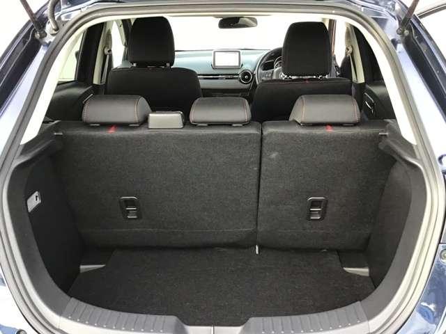 後席利用時は容量が280L(VDA方式)。大型のスーツケース1個積込める大きさです。凹凸をなくす設計になっており、荷物の引っかかり防止の工夫がされています。後席は6:4分割可倒!