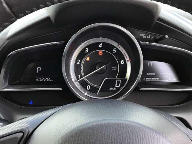 大型円形メーターを中心とし、左右にウイング上のディスプレイを配置したメーターパネルです。外気温度や平均燃費・瞬間燃費や実走行距離など様々な情報も瞬時に確認ができます!