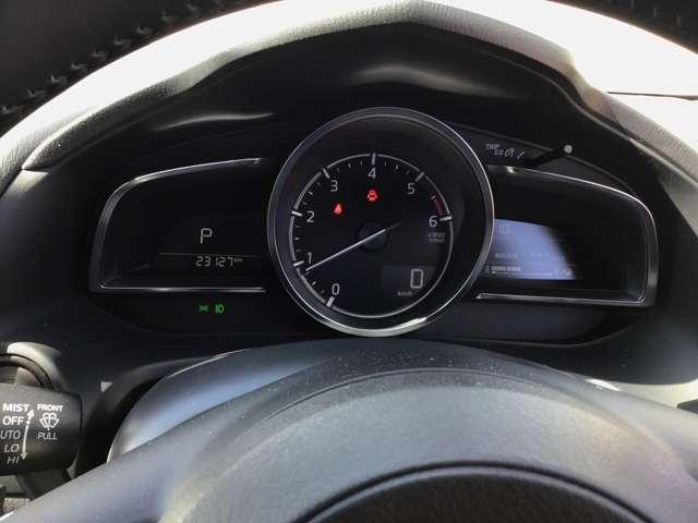 中央の大型円形メーターと左右のデジタルディスプレイに車の状態に関する情報を表示します。表示が頻雑にならないようにウォーニングランプの位置やカラーを適切化してます