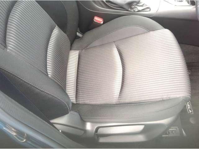 着座位置がお好みに変えられるシートリフター装着済み車。さらに運転しやすくなります。
