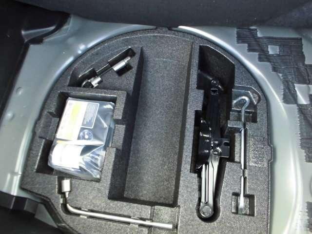 パンク修理キット装着済み車。車両重量が軽減されて、燃費の向上に貢献します。