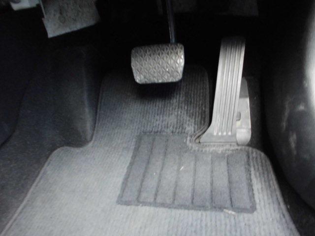 SKY-ACTIV技術導入により、エンジンとフロントタイヤ位置を前方できたため、運転席に余裕の足元スペースを確保。運転者の疲労を軽減するだけでなく、危険なめに遭った際瞬時に動けるようにサポートします