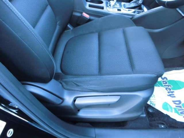 運転席シートリフター装着済み車。お好みの姿勢がとれます。人気のブラックインテリアもいい。