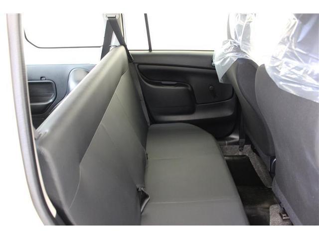後席は背もたれを倒すとフラットな荷室に、大荷物の時も安心です。