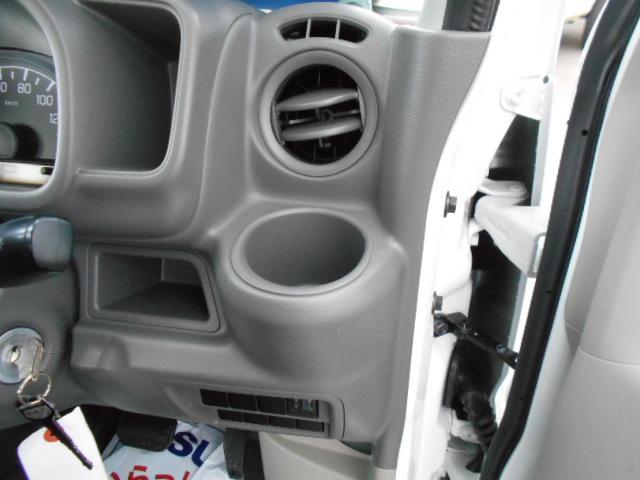 運転席前には細かな収納スペースが充実