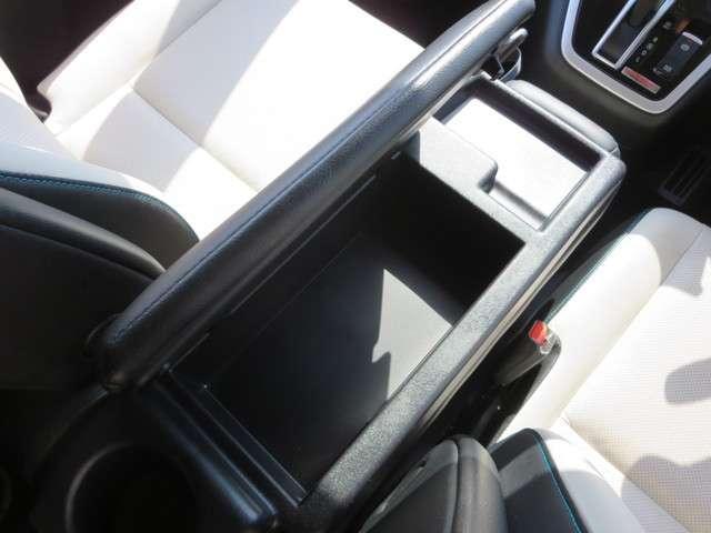 前席にスライドさせると、小物収納スペースとしてもお使いいただけます。