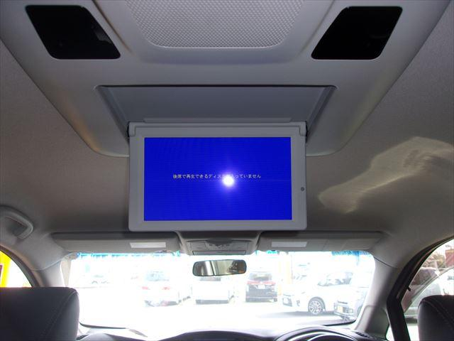 後席モニター付。ロングドライブでも飽きさせません。音響ばっちり臨場感たっぷりの室内映画館みたいですよ。
