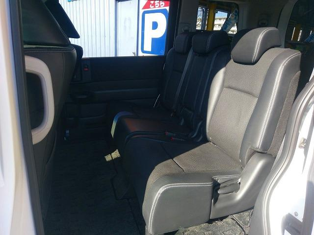 後部座席も広々です♪♪シートはリクライニングしますので、小さなお子様、年配の方までゆっくりとくつろげる室内です♪♪