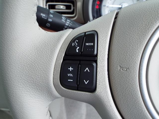 運転中でもオーディオの操作が簡単にできるステアリングスイッチ付き!