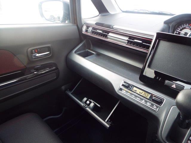 メーターには平均・瞬間燃費が表示されますので常にエコドライブが心がけ出来ます!便利な収納スペース、ドリンクホルダーもたっぷりです!