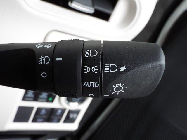 暗くなると自動的にヘッドライトの点灯・消灯をしてくれるオートライト機能付き!